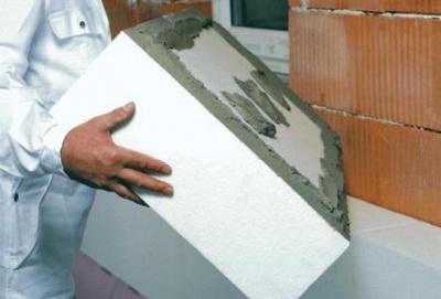 Kontaktní zateplování - instalace polystyrenu