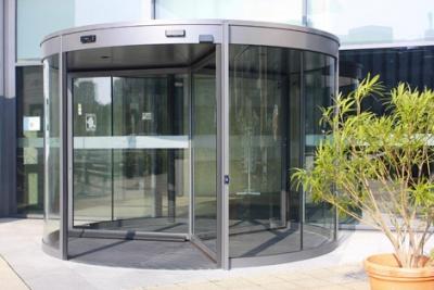 Automatické karuselové dveře